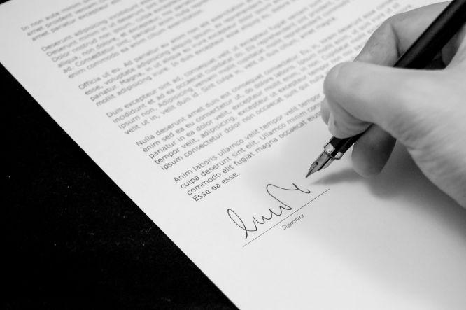 składanie podpisu na umowie piórem