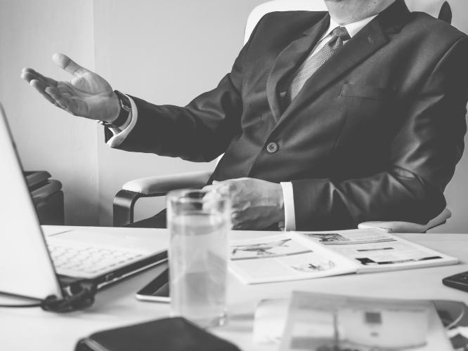 bankier omawia metody oceny ryzyka kredytowego