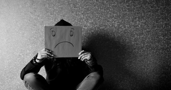 smutek związany z wpadnięciem w spiralę zadłużeń